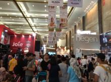 Pengunjung memenuhi area expo