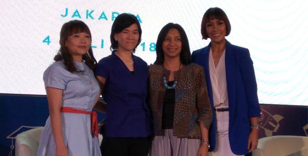 dr. Bernie Endyarnie Medise, SpA(K), MPH (kedua dari kanan) bersama mom blogger Grace Melia, Wynne Lukman-Brand Manager JOHNSON'S®, dan Melanie Putria