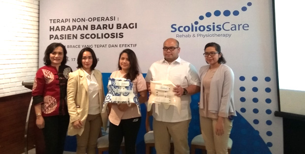 Eugenia Siahaan, Vianika Girsang –CEO Scoliosis Care, Nistriani T. P Kusaly, Labana Simanihuruk, B.Sc, dan Cynthia Maharani memamerkan dua contoh brace