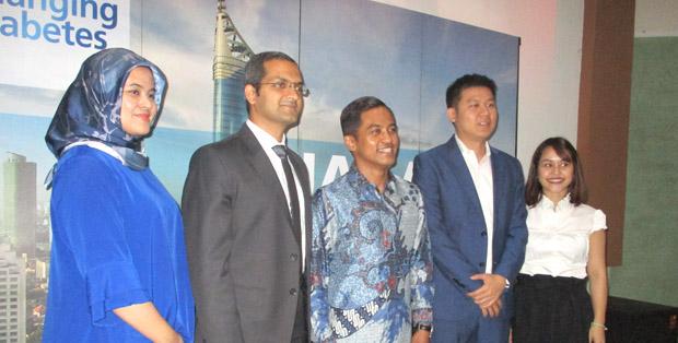 Dr. Fahad Jameel (kedua dari kiri) dan Dr. Dante Saksono H. SpPD-KEMD, PhD, (tengah) bersama perwakilan Novo Nordisk Indonesia