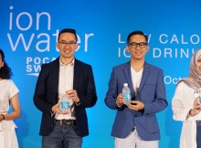 Foto : Anisla Triayu, Head of Marketing Ion Water ; Ricky Suhendar, Marketing Direktur PT. Amerta Indah Otsuka ; dr. Haekal Yassier Anshari , Pakar Kesehatan dan Jenahara, Health Conscious Influencer dalam acara Peluncuran Ion Water, minuman Ion rendah kalori