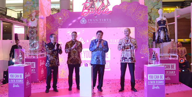 Foto saat peluncuran Barbie Batik Kirana, (ki - ka) : Mr. Ivan Franco, Country Manager – Mattel Southeast Asia, Bapak Roy Tandean, President Director of PT. Mattel Indonesia, Bapak Airlangga Hartarto, Menteri Perindustrian Republik Indonesia, Bapak Widharmika Agung, CEO Iwan Tirta Private Collection