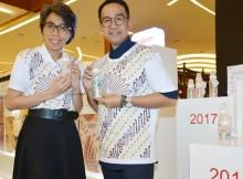 Foto : Anis Dwinastiti selaku General Manager Marketing Division Pigeon dan Iwet Ramadhan selaku Designer Batik pada saat Peluncuran Botol Motif Batik Terbaru Pigeon bermotif Burung Merak dan Parang serta Pigeon Batik Exhibition  sebagai wujud komitmen dan kepeduliannya terhadap pelestarian budaya batik