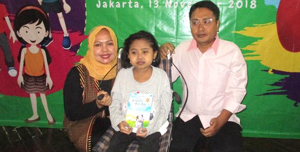 Viara diapit Mommy Inwaningsih dan Daddy Syaihul Hadi