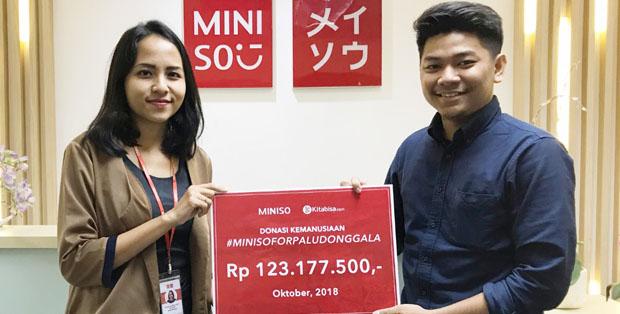 Vania Damayanti menyerahkan donasi konsumen secara simbolis kepada Iqbal Hariadi