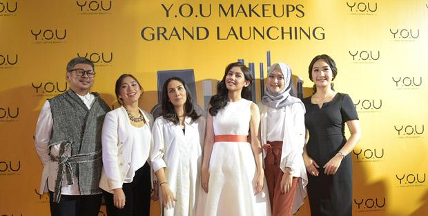 Ferry Fahrizal bersama beauty influencers Tynakana Mirdad dan Suhay Salim, Vanesha Precilla, beauty influencer Sari Endah Pratiwi dan Business Director Y.O.U, Mega Wu