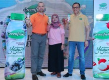 Foto (Kiri-kanan) : Dr. Matthew Blaylock, Nutritional Scientist; Irma Lesyana, R&D Manager, PT. Greenfields Indonesia; dan Syahbantha Sembiring, Indonesia Country Head Sales & Marketing PT AustAsia Food berfoto dengan Greenfields Yogurt Drink.