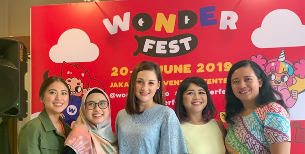Foto (ki-ka) : Media Gathering WONDERFEST 2019 dihadiri oleh Tyna Kanna Mirdad (Content Creator) - Vendryana (Content Creator) - Mona Ratuliu (Public Figure & Author of ParenThink) - Desy Bachir (Co-Chairman of WONDERFEST) - Anna Surti Ariani (Family & Child Psychologist)