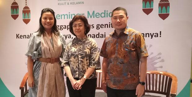 Dr. dr. Wresti Indriatmi, SpKK(K), M.Epid (tengah) dan dr. Anthony Handoko, SpKK, FINDV (kanan)