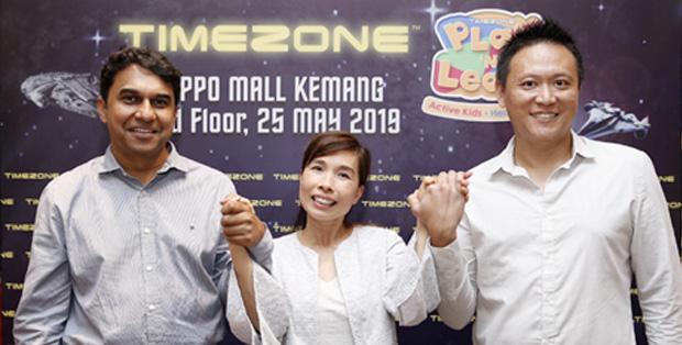 Foto (kiri -kanan) : Naveen H., CEO dan Presiden Direktur Timezone Indonesia, Caroline Leong, CCO TEEG Group, Bobby Hartono, GM Marketing PT Matahari Graha Fantasi