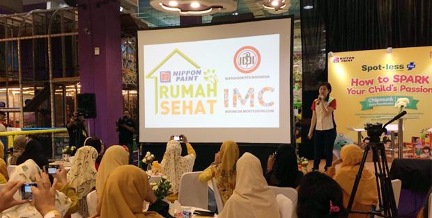 Foto :  Linda Kam, Marketing Manager Nippon Paint Indonesia, memberikan materi terkait Kampanye Rumah Sehat