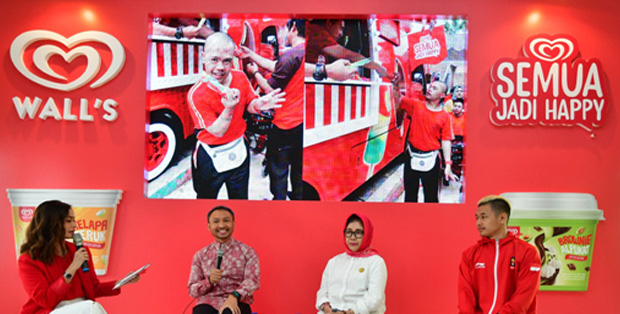 "Suasana talkshow Press Conference Wall's bertema ""Merah Putih Menyatukan Kita"" bersama Arya Bahupringga – Head of Marketing Ice Cream PT Unilever Indonesia Tbk., Farida Ratna Djuita, S.H. M.Hum. – Ketua Yayasan Pembinaan Anak Cacat Nasional dan Hanifan Yudani Kusumah – Atlet pencak silat peraih medali emas Asian Games 2018 dan MC bersama Ersa Mayori"