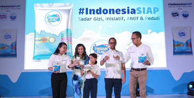 Foto (ki-ka) : Marketing Director Consumer Dairy Frisian Flag Indonesia, Felicia Julian; Ersa Mayori bersama keluarga, dan Corporate Affairs Director Frisian Flag Indonesia, Andrew F. Saputro melakukan milk toast bersama.