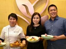 Foto (ka-ki) : Damien Koh, Dawn Wee & Chef Desi Trisnawati