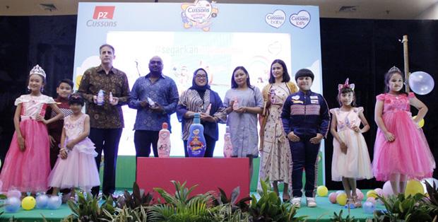 Foto : PZ Cussons Indonesia bersama dengan Mattel Indonesia saat prosesi relaunch Cussons Kids pada acara Kick-Off Cussons Bintang Kecil 8