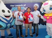 Foto (ki-ka) : Sales Director Frisian Flag Indonesia, Irawan; General Manager Alfamart, Hendra dan Corporate Affairs Director Frisian Flag Indonesia, Andrew F. Saputro berfoto bersama karakter Zuzhu dan Zazha.