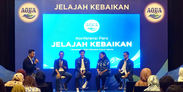 Foto (Ki-Ka) : Danone-AQUA Marketing Manager Jeffri Ricardo, Danone-AQUA Goodness Ambassador Dion Wiyoko, Head of IHWG Dr. dr. Diana Sunardi, dan Danone-AQUA Sustainable Development Director Karyanto Wibowo dalam 'Jelajah Kebaikan AQUA'