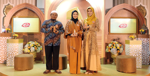 Foto (kiri ke kanan) : Ustadz Febri Sugianto, Maulani Affandi - Head of Skin Cleansing and Baby Unilever Indonesia, Alyssa Soebandono - Brand Ambassador Lifebuoy Honey & Habbatussauda