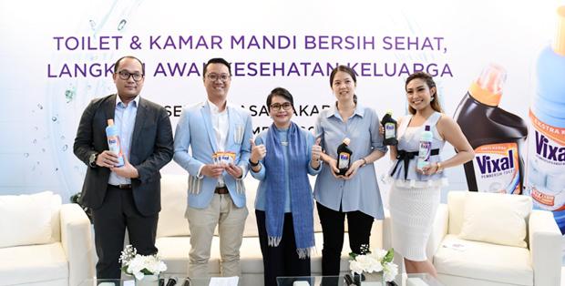 Foto Bersama Antonius Windu, Senior Brand Manager Cleaners, Unilever Indonesia, dr. Wani Devita Gunardi Sp. MK(K), Dokter Mikrobiologi Klinis, Stevia Angesty, sociopreneur bidang sanitasi dan pendiri Feelwell Ceramics dan Ayu Dewi, Brand Ambassador