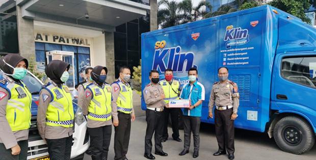 SoKlin Berbagi Kelembutan menggandeng Polda Metro Jaya dalam rangka mematuhi PSBB