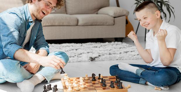 Ilustrasi by freepik.com - anak menang bermain catur bersama ayahnya
