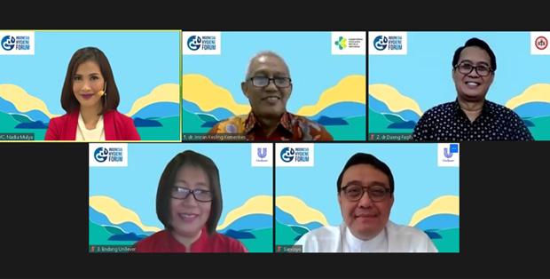 """Foto bersama para pembicara dalam Webinar Indonesia Hygiene Forum 2020 dengan tema """"Kewaspadaan Ruang Publik & Fasilitas Umum dalam Menghadapi Tatanan Aturan Baru Pasca PSBB""""."""