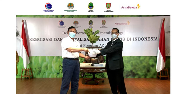 Foto (ki-ka) : Luhut Binsar Pandjaitan (Menteri Koordinator Bidang Kemaritiman dan Investasi) dan Rizman Abudaeri (Direktur AstraZeneca Indonesia)